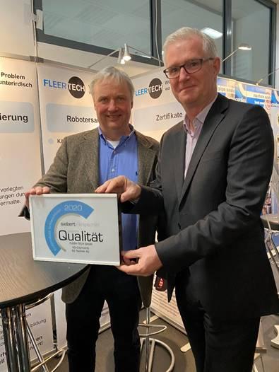 Geschäftsführer Andreas Haacker von Siebert + Knipschild (rechts) zeichnet das Lehrter Unternehmen Fleer-Tech GmbH für den Einbau des RS CityLiner® aus. Geschäftsführer Rüdiger Fleer (links) freut sich, zu den bundesweit 25 Firmen zu gehören, die in diesem Jahr das Siegel erhalten haben.