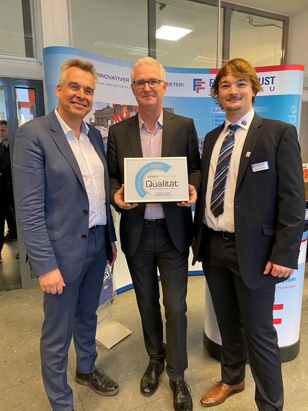 Geschäftsführer Andreas Haacker von Siebert + Knipschild zeichnet das Unternehmen Frisch & Faust Tiefbau aus. Geschäftsführer Thomas Frisch (links) und Bauleiter Timo Heidbrink (rechts).