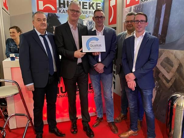 Andreas Haacker (2. v. l.), Geschäftsführer von Siebert + Knipschild, mit Geschäftsführer Uwe Rieken (ganz links), Sascha Tietjendiers, Jörg Scheffel und Lothar Müller (von rechts) von Huneke Kanalsanierung