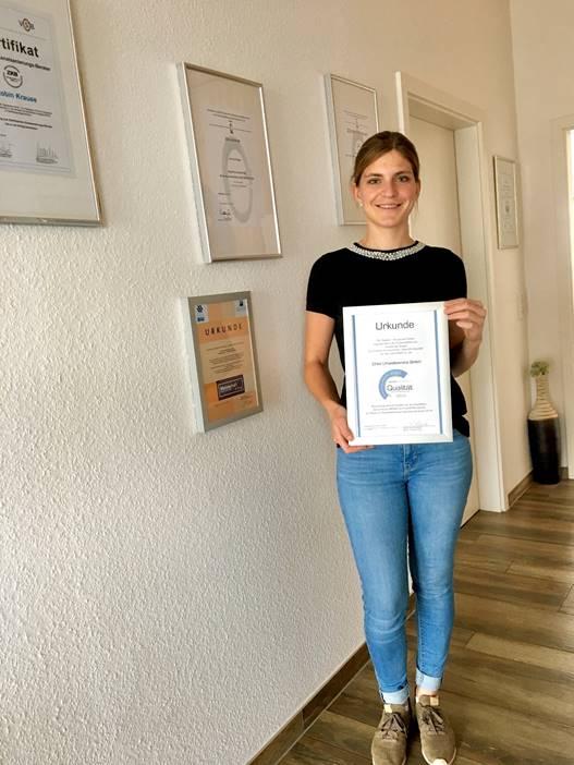 """Nina Erles vom Meckesheimer Unternehmen Erles Umweltservice GmbH wurde von Siebert + Knipschild mit dem Siegel """"Geprüfte Qualität"""" für den gelungenen Einbau des iMpreg®Liner GL16 entgegen. Das Unternehmen gehört zu den bundesweit 25 Firmen, die in diesem Jahr das Siegel erhalten haben."""