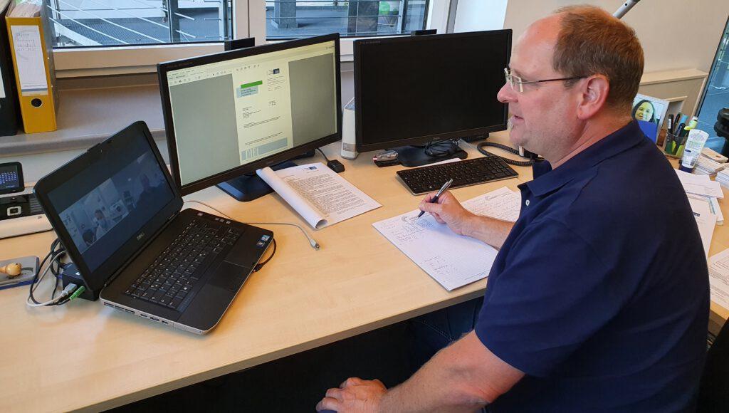Von seinem Schreibtisch aus hat Arndt Cords alles im Blick. Bild: Siebert + Knipschild
